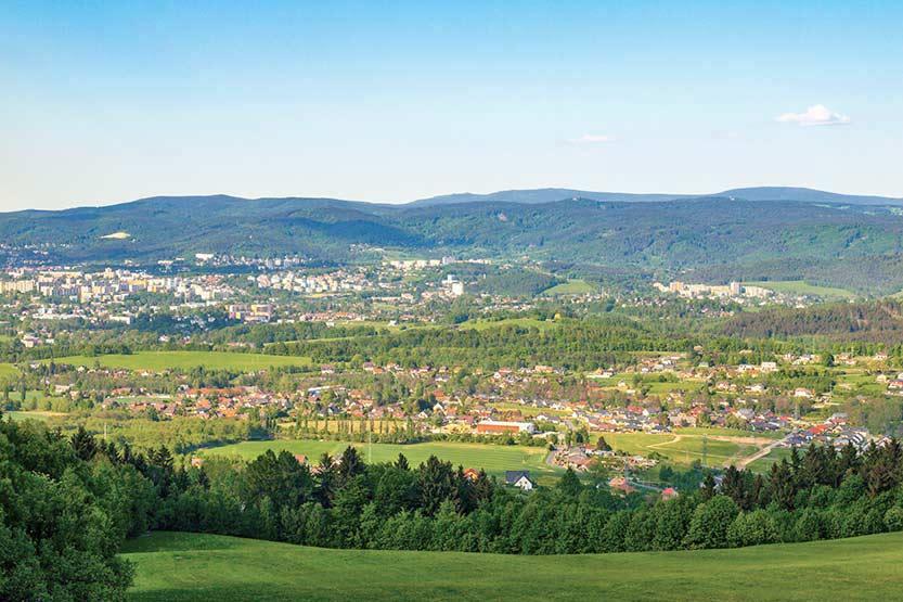 Liberec mit Isergebirge im Hintergrund