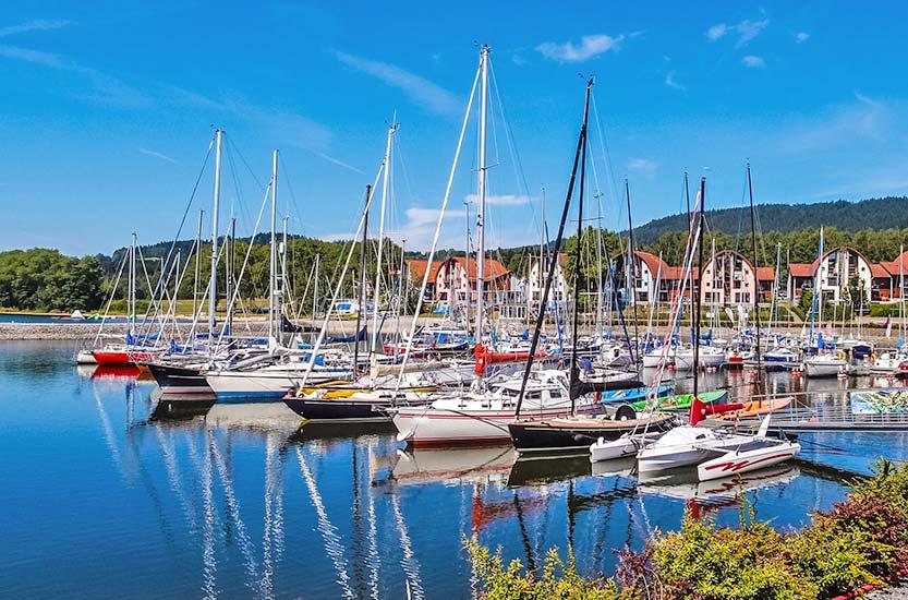 Hafen und Ferienhäuser am Lipno-Staussee